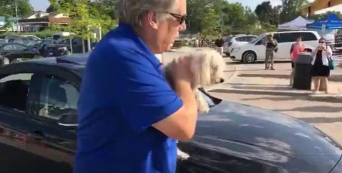 man frees dog inside car 5